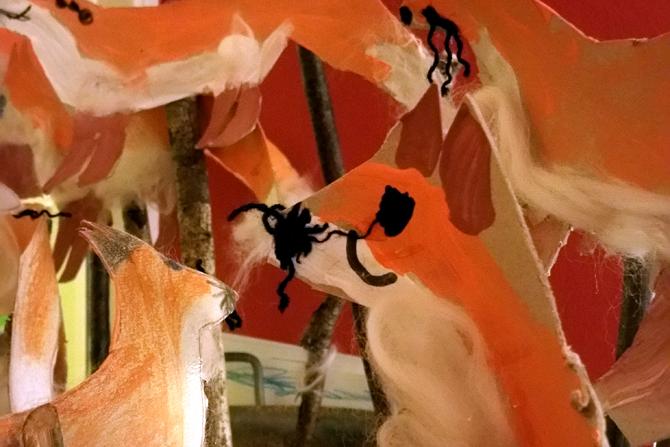 Gebastelte Füchse aus Papier.